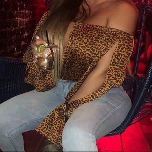 Off shoulder puffy leopard crop top
